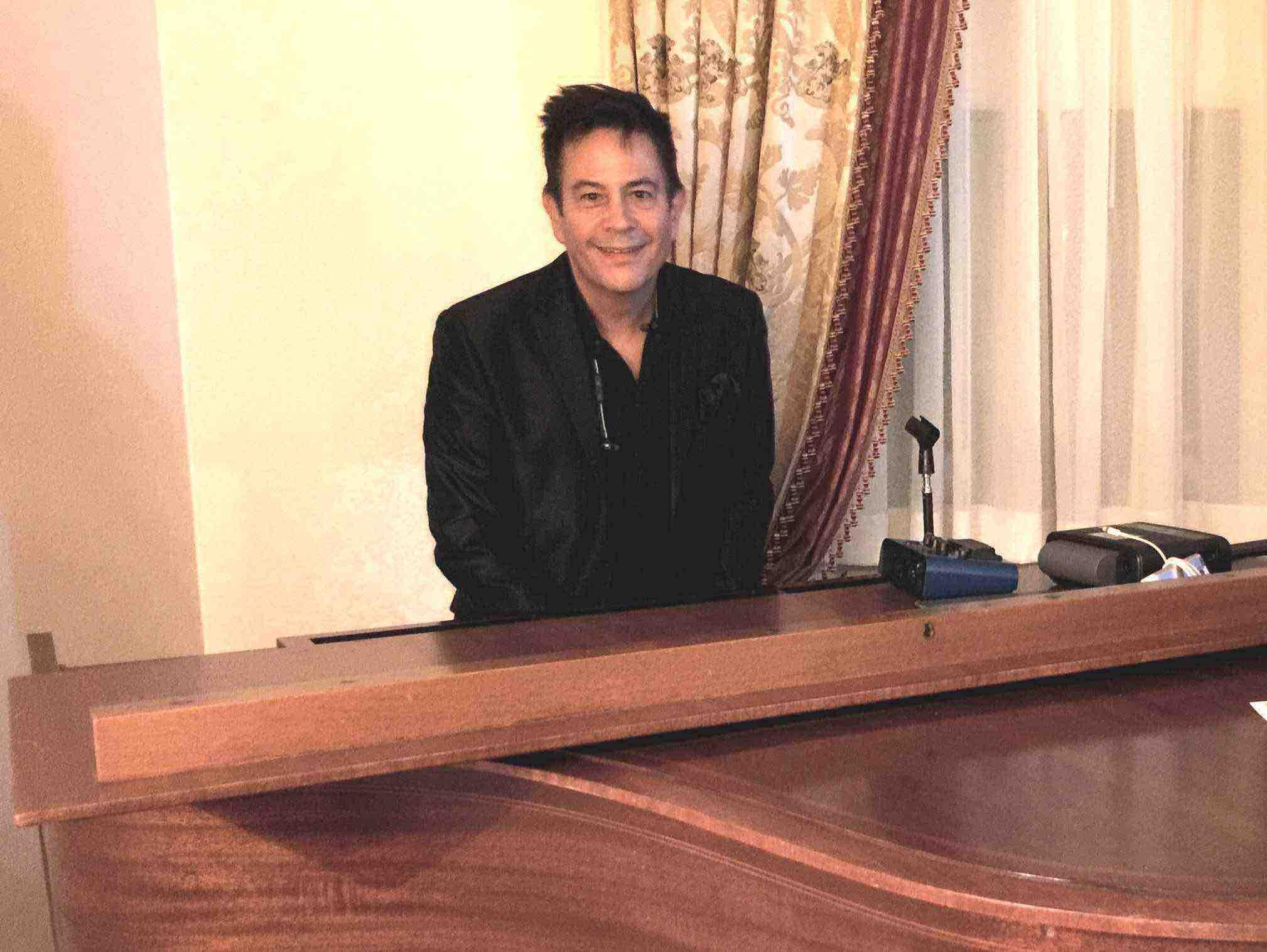 vl-at-cole-porter-piano